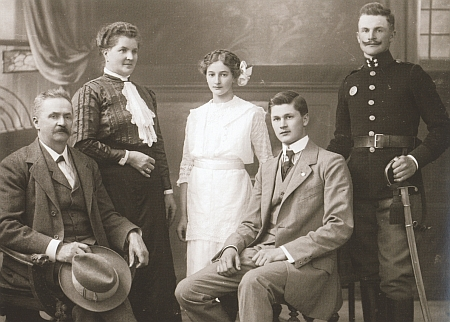 Rodina Holzingerova, kde sedí devatenáctiletý proti otci Konradovi, na snímku Josefa Seidela z roku 1914
