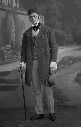"""Na tomto snímku, datovaném 7. ledna 1917, je zachycen v roli  Franze Schuberta, tj. hlavní postavy operety """"Dům u tří děvčátek"""""""