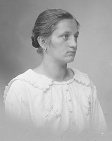 Podobenka starší maminčiny sestry Anny (*1898), pořízená včeskokrumlovském fotoateliéru Seidel