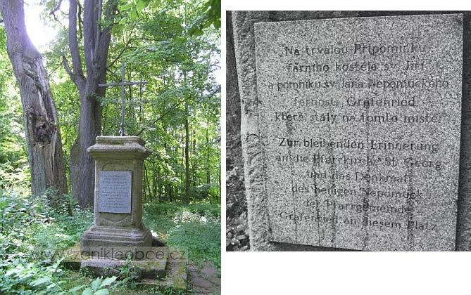 Kříž na návsi zaniklé obce Grafenried a pamětní deska na něm