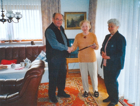 """Za šedesát let práce """"domovské pověřenkyně"""" rodné obce Jablonec přijímá (uprostřed) v květnu 2006 dík a uznání krajanů  - ruku jí tu právě tiskne Erwin Franz"""
