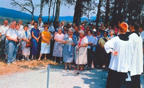 Pozvánka k vysvěcení pamětního kamene v srpnu roku 1994 se dvěma snímky z této akce, provázené islavnostní bohoslužbou v Horní Plané a společným obědem v tamním hotelu Smrčina (viz i Anni Sager-Jungwirthová)