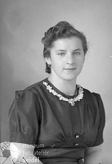 Snímek z fotoateliéru Seidel je datován dnem 26. října 1944 apsán na jméno Riedl Rosa aadresu Ogfolderhaid čp. 1