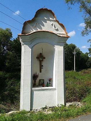 Kaplička a křížek u Dobročkova - i tudy procházeli poutníci z Jablonce do Brloha...