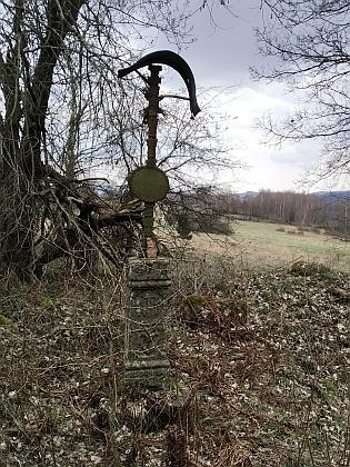 Zásluhou Jiřího Novotného rekonstruovaný křížek o něco níže pod kaplí před a po obnově