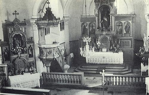 Vnitřek farního kostela Nalezení svatého Kříže v jejím rodném Jablonci, který byl i s celou vsí srovnán se zemí