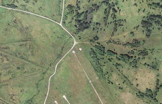 Jablonec na leteckém snímku z roku 1947 a tanková střelnice na místech, kde stával, v roce 2008 (viz i Anni Sager-Jungwirthová)