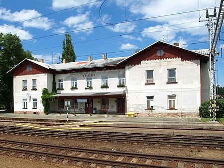 Jen pár stovek metrů vzdálená železniční stanice Velešín, kde sloužil jeho otec jako sluha - bylo snad místo narození nějak spojeno sželeznicí?