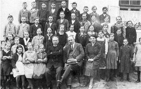 Ve Svérazi se žáky ročníků narození 1921 a 1922, vedle něho ředitel školy Franz Gallistl