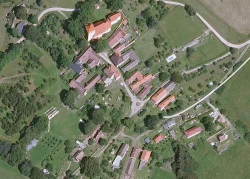 Letecký snímek Svérazi v horní části s oběma jejími kostely
