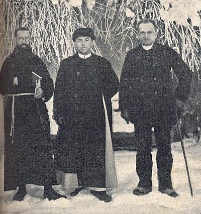 Tady ho vidíme na sněhu stojícího vpravo, uprostřed v Mauthausenu zahynulý Engelbert Blöchl