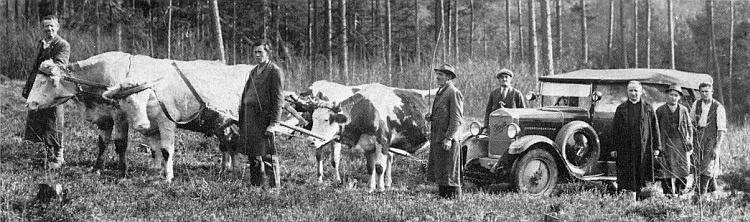 Farář Houschka s pražským fotografem, který si přijel začátkem třicátých let zdokumentovat mariánský oltář veSvérazi     a jehož autu musel na špatných šumavských cestách pomoci volský potah místních lidí