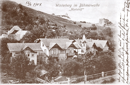 Vimperské přdměstí Mariahilf na starší pohlednici datované dopisem z června 1904 - nad ním se tyčí vzadu hradní věž a dál vlevo nad ní zámek