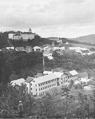 Vimperské panorama z roku 1926, v popředí Steinbrenerova tiskárna Mariahilf, zcela vpravo dům, kde se narodil F. Ed. Hrabe