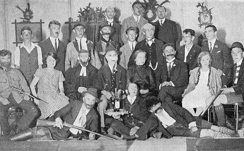 """V roce 1929 v poslední řadě prvý zprava s herci místní """"Theatergruppe der Jungmannschafts"""" při vimperském uvedení dramatu """"Der Erbförster"""" (tj. """"Dědičný lesník""""), jehož autorem je Otto Ludwig (1813-1865)"""