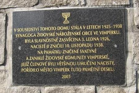 Pamětní deska asi 50 metrů od místa, kde stávala vimperská synagoga