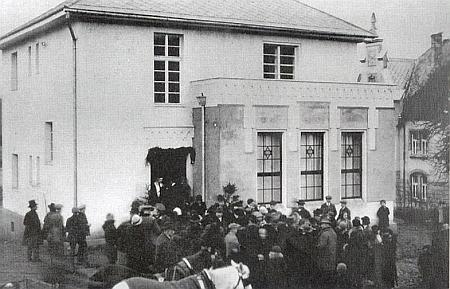 I to patřilo k Vimperku jeho raného dětství: židovská synagoga, vysvěcená 3. ledna 1926, jak to zachycuje snímek, byla v listopadu 1938 (to mu byly tři roky) vypálena a trosky ve válečném roce 1941 srovnány se zemí