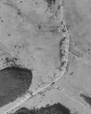 Rodný Uhlíkov na leteckých snímcích z let 1952 a 2008 (viz i Grete Ranklová)