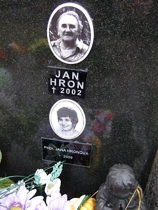 Tři snímky jejího hrobu v Brloze