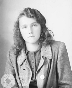 Snímek s datem 12. září roku 1945 z fotoateliéru Seidel jepsánnajménoKönigbauerová