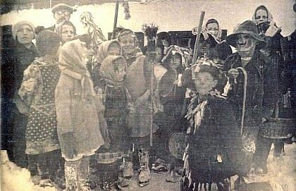 Tatínek se školními dětmi o vesnickém masopustu