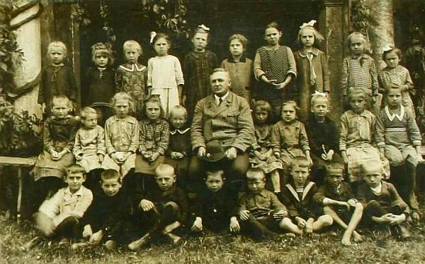 Se žáky školy ve Starém Hobzí školního roku 1926/1927