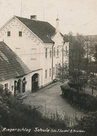 Lodhéřovská škola, kde se narodil, na Seidelově pohlednici