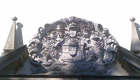 Detail znaku nad vchodem do kostela Nejsvětější Trojice v Klášteře