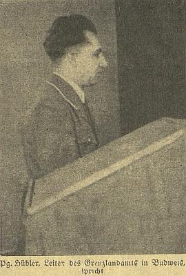 """Při projevu na """"hraničářském setkání básníků a spisovatelů župy Horní Dunaj"""" v lednu 1942     na českobudějovické radnici (zkratka Pg. značí Parteigenosse, tj. soudruh)"""