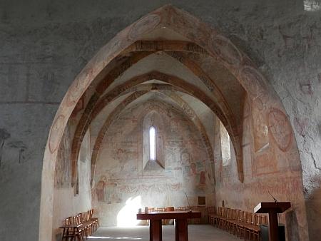 Hřbitovní kostel svatých apoštolů Petra a Pavla ve Starých Prachaticích - plastiky, které zmiňuje ve svém textu o kříži při cestě z Prachatic, tu již ovšem nejsou