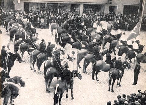 """Požehnání koním před velikonoční """"Leonhardiritt"""" na náměstí ve Furth im Walde"""