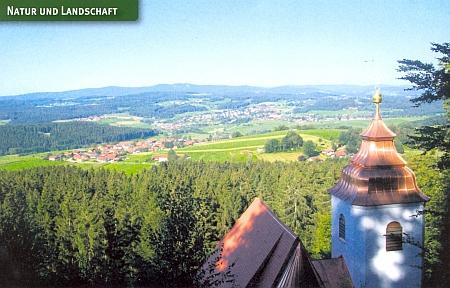 """Rinchnach v pohledu od blízké poutní kaple Frauenbrünnl (tj.""""Studánka Naší Paní"""")"""
