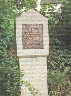 """Pomníček tvůrcům """"lesní mše"""" na Kirchenweg u bavorského Kirchbergu"""