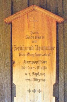 Umrlčí prkno za Ferdinanda Neumaiera při kapli sv. Gottharda apamětní deska na jeho rodném domě v Kirchberg im Wald