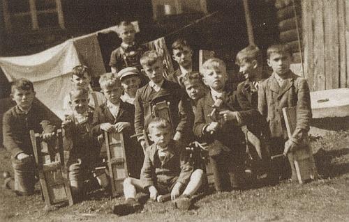 Lenorští kluci s řehtačkami na snímku z jeho sbírky