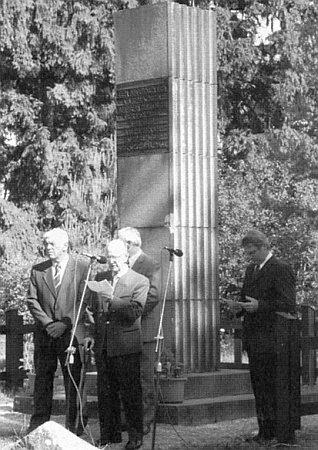 Při projevu u památníku Andrease Hartauera nad Lenorou při příležitosti 170. výročí obce, vedle Fritze Hudlera stojí první zleva lenorský starosta Richard Němec