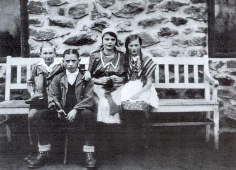 """Hrál tatínka (druhý zleva) v dětském představení hry """"Hänsel und Gretel"""" (Jeníček a Mařenka), uvedeném v Lenoře roku 1934, kdy mu bylo 13 let"""