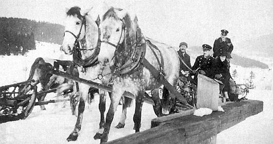 """Jeho otec Engelbert Hudler s povozem taženým párem krásných grošáků pracoval pro Kralikovu sklárnu - snímek z roku 1939 zachycuje fůru vybrané slámy pro balení skla, ten druhý z roku  1942 přepravu bukového dřeva, kdy se svezli ze Zátoně do Lenory i dva uniformovaní železničáři """"říšských drah"""""""
