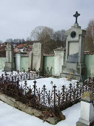 Dva snímky hrobu rodiny Stifterovy v Benešově nad Černou, hned vedle jsou pochováni i rodiče MUDr. Waltera Dicka