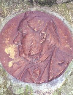 Relief na tomto Stifterově pamětním kameni v údolí Černé u někdejšího Německého Benešova, které bývalo nazýváno Stiftertal