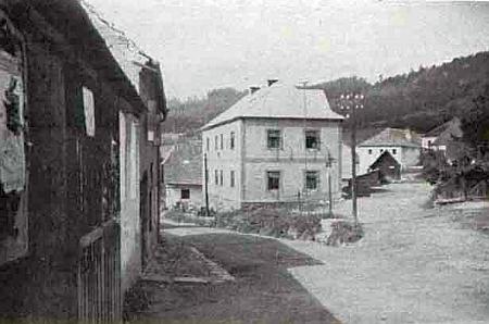 Obecní dům ve Ktiši, ve kterém sídlila a stále sídlí i pošta, na staré fotografii...