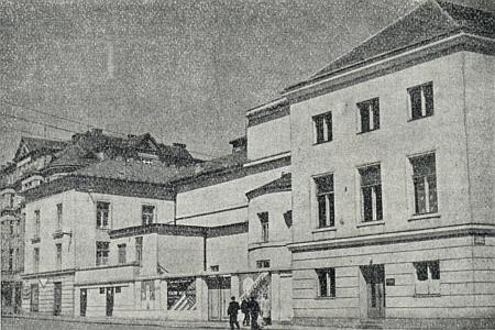 Budova divadla v Českých Budějovicích na staré fotografii