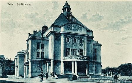Městské divadlo v Mostě na staré pohlednici
