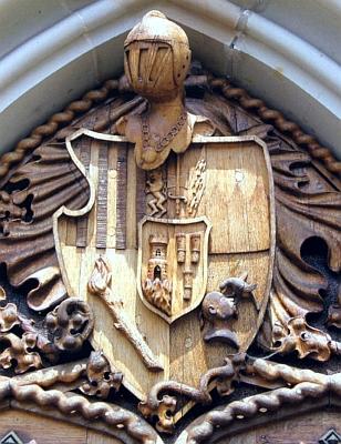 Schwarzenberský erb orlické větve rodu nad vchodem do hrobky, kde je na Orlíku pochován imaršál Karel I. Filip