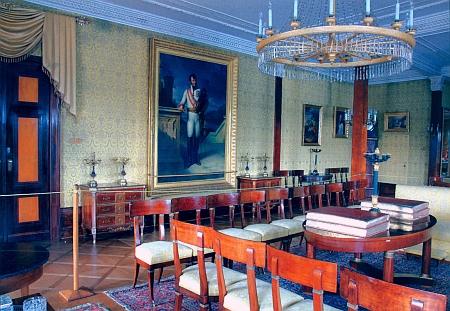Empírový nábytek z pařížského vyslanectví rakouského mocnářství byl v letech 180-1822 převezen na zámek Orlík, protože kníže Karel I. Filip ho nakoupil za své peníze a císař František ho nikdy nezaplatil - obraz maršála Schwarzenberga na stěně je dílem Napoleonova dvorního malíře Françoise Gérarda, který ovšem namaloval Karla I. Filipa s francouzskými jezdeckými holínkami anákoleníky, čímž knížete rozčílil a obraz musel přemalovat