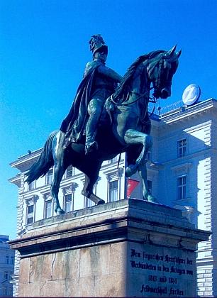 Jezdecká socha maršála Karla I. Filipa Schwarzenberga ve Vídni, postavená vděčnými Habsburky až v roce 1867 - jezdec hledí směrem k blízkému hotelu Palais Schwarzenberg
