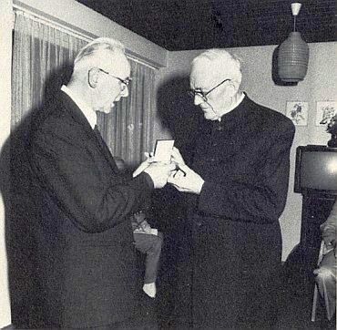 Oslavy jubilea budějovické diecéze 1985 započaly v Řezně tím, že byla Hüttlovi udělena medaile biskupa Neumanna