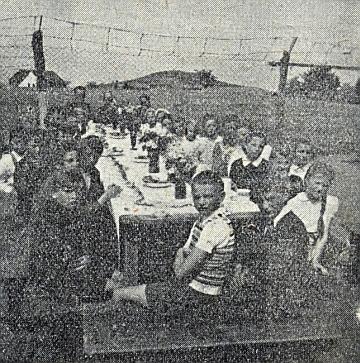 Vzácný snímek prvního svatého přijímání za ostnatým drátem roku 1946 v Českém Krumlově, doprovázející v krajanském časopise jeho text