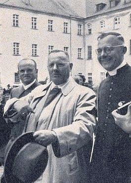 Někdy v roce 1956 s továrníkem Rudolfem Blahutem a učitelem Franzem Biehlerem, který vedl v Glaube und Heimat stránku mladých