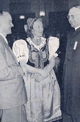 Se ženou v karlovarském kroji stojí Dr. Hüttl vpravo